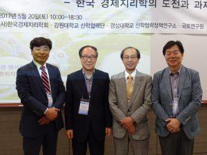 左から曹永國韓国経済地理学会会長、日韓経済委地理学会議の開催を提唱された韓柱成先生、山本健兒会長、南基範先生