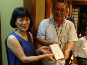 伊藤代表幹事から記念品の贈呈。