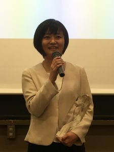 受賞スピーチをする久木元さん